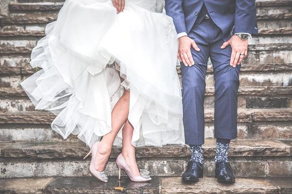 para młoda na schodach buty