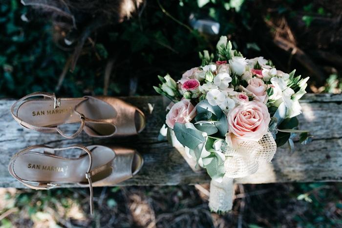 buty i bukiet panny młodej