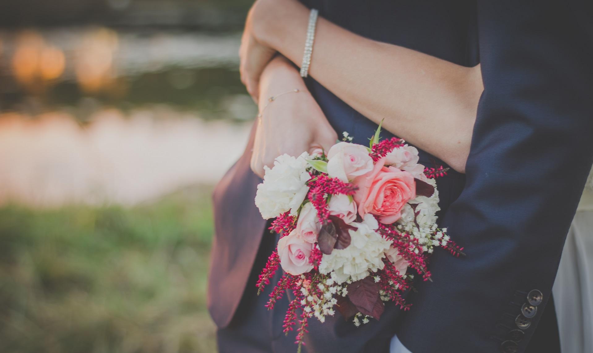 bukiet ślubny z różowo białych kwiatów
