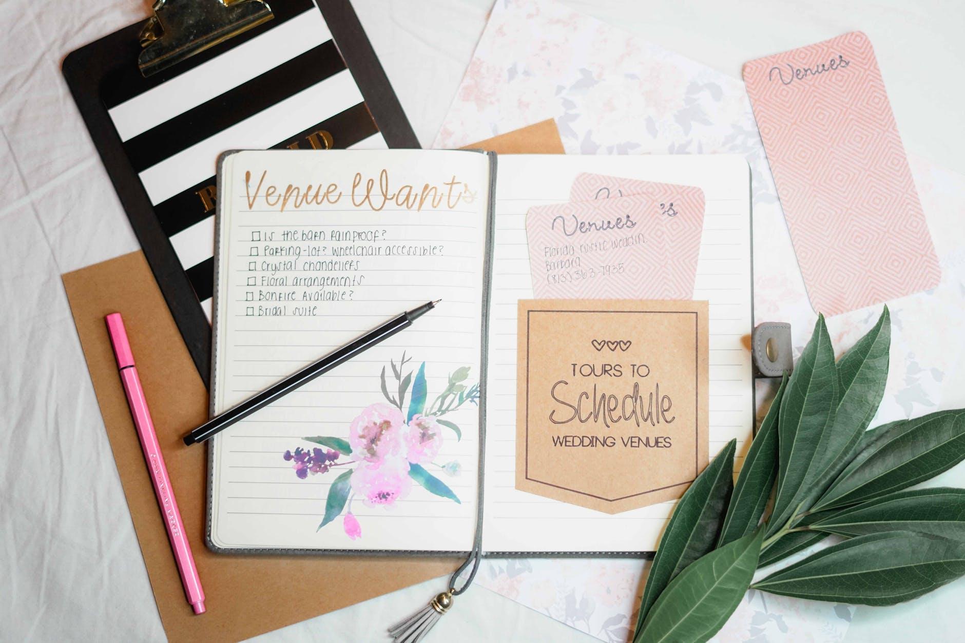 Zdjęcie z lotu ptka na biurko z kolorowymi zeszytami i artykułami piśmienniczymi
