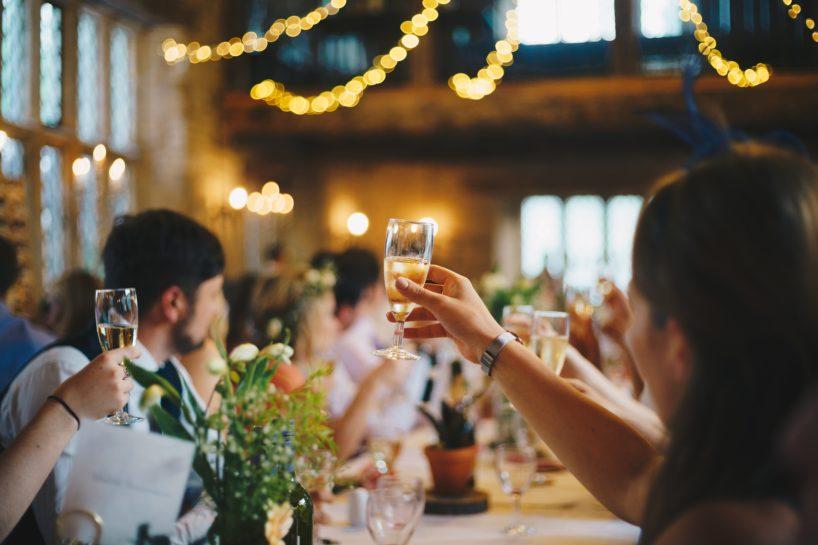 Przyjęcie, na którym wznoszony jest toast kieliszkiem wina musującego