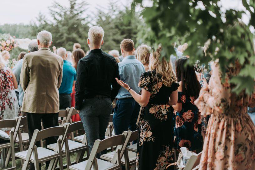 Goście na plenerowej ceremonii ślubnej