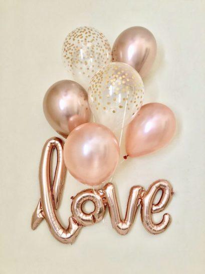 """Kolorowe balony (różowe, przezroczyste w złote kropki, złote) i balon z napisem """"love"""""""
