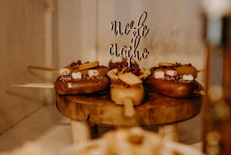 Drewniana patera ze słodyczami i topperem 'niezłe ciacho', What a lovely day Wedding Planner