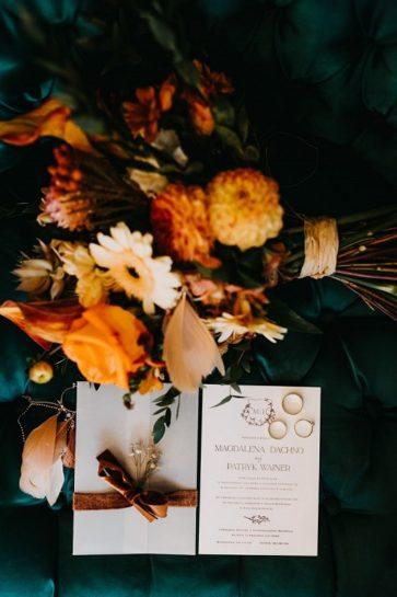 Flat lay z jesiennym bukietem i zaproszeniem ślubnym, What a lovely day Wedding Planner