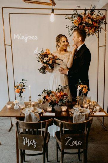 Para Młoda przy zaaranżowanym jesiennym stole i metalowej bramce ozdobionej kwiatami, What a lovely day Wedding Planner