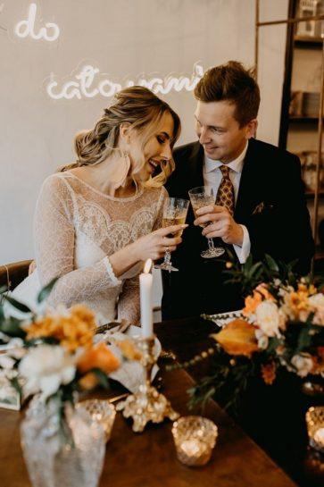 Para Młoda trzymająca w rękach kryształowe kieliszki z winem, What a lovely day Wedding Planner