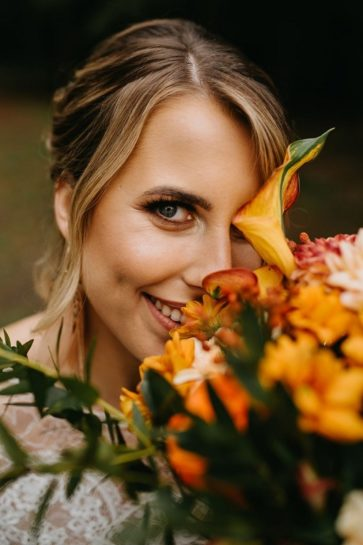 Portret uśmiechniętej Panny Młodej z jesiennym bukietem, What a lovely day Wedding Planner