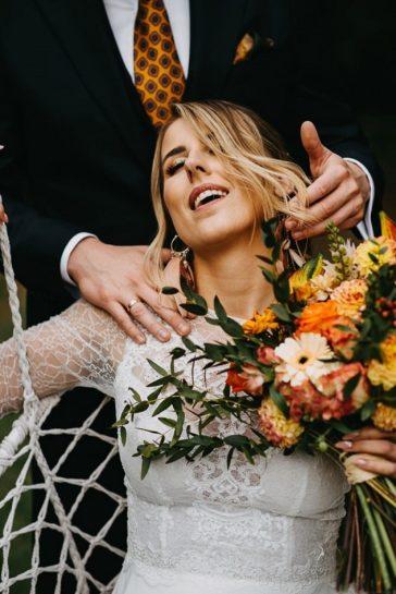 Rozmarzona Panna Młoda z bukietem ślubnym na huśtawce, What a lovely day Wedding Planner