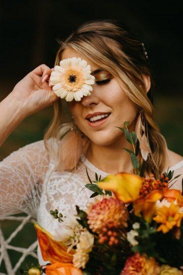 Porter Panny Młodej zakrywającej połowę twarzy kwiatami z bukietu, What a lovely day Wedding Planner