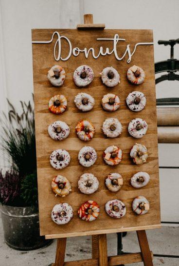 Drewniana tablica z kolorowymi pączkami Donuts, What a lovely day Wedding Planner