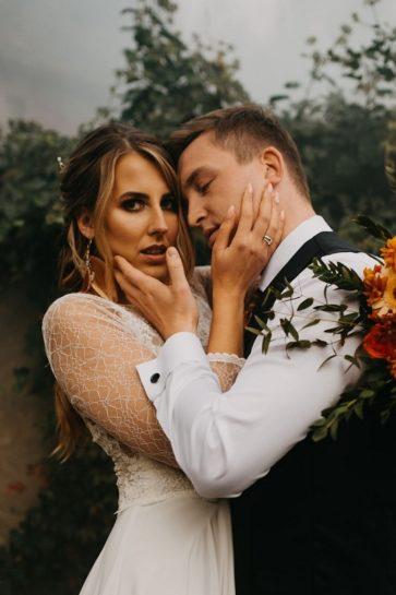 Sensualny portret Pary Młodej, w tle biały dym, What a lovely day Wedding Planner
