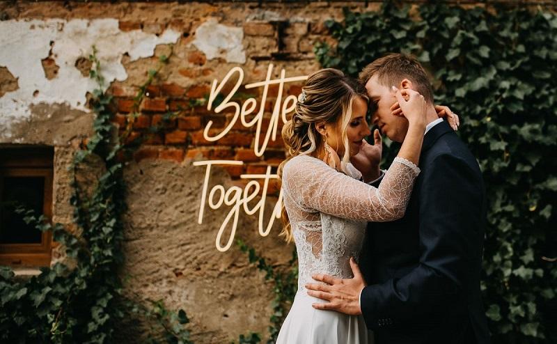 Przytulona Para Młoda w tle neon świetlny, What a lovely day Wedding Planner
