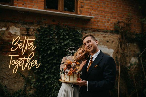 Para Młoda trzymająca kolorowy tort ślubny, obok neon świetlny 'better together', What a lovely day Wedding Planner