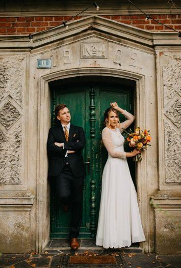 Pozująca na tle zielonych drzwi Przyborowa 11 Para Młoda, What a lovely day Wedding Planner