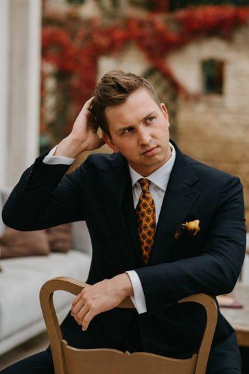 Portret Pana Młodego w granatowym garniturze, What a lovely day Wedding Planner