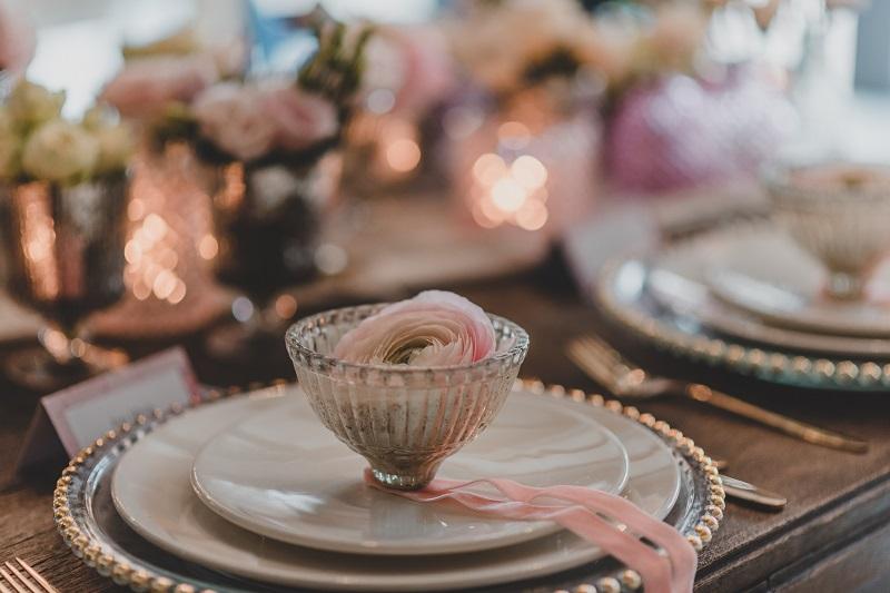 Zastawa ślubna z elementami pudrowego różu i płatkami kwiatów, What a lovely day Wedding Planner