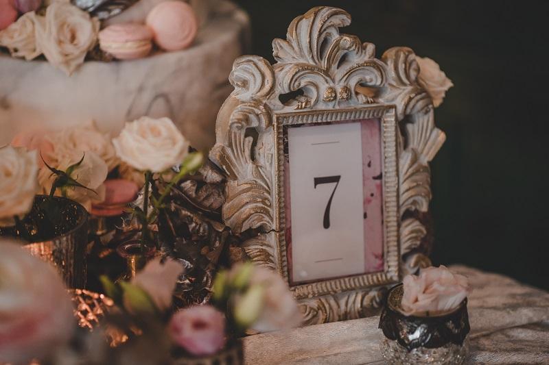 Dekoracje ślubne, numerek stołu w zdobnej, dużej ramce, What a lovely day Wedding Planner
