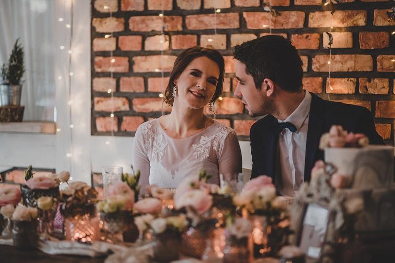 Radosna Para Młoda przy udekorowanym stole ślubnym, What a lovely day Wedding Planner