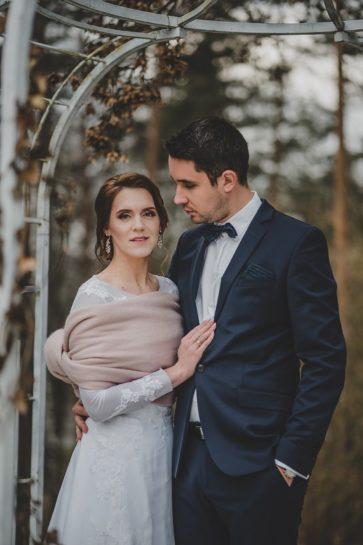 Zimowy portret Pary Młodej w altanie, What a lovely day Wedding Planner