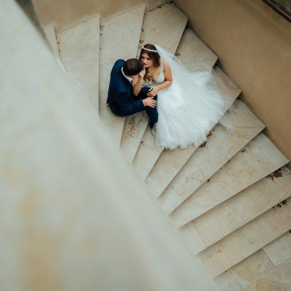 Para młoda na schodach