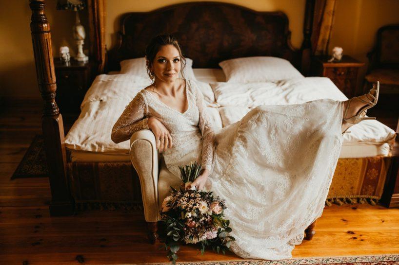 Panna Młoda siedząca na kanapie w Pałacu Śródka, What a lovely day Wedding Planner Poznań