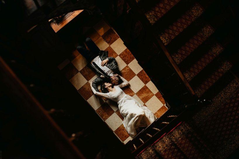 Całująca się Para Młoda leżąca we wnętrzach Pałacu Środka, What a lovely day Wedding Planner Poznań