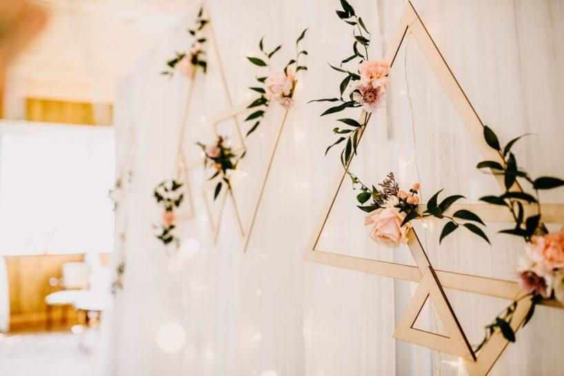 Drewniane geometryczne dekoracje przybrane pastelowymi kwiatami, What a lovely day Wedding Planner Poznań