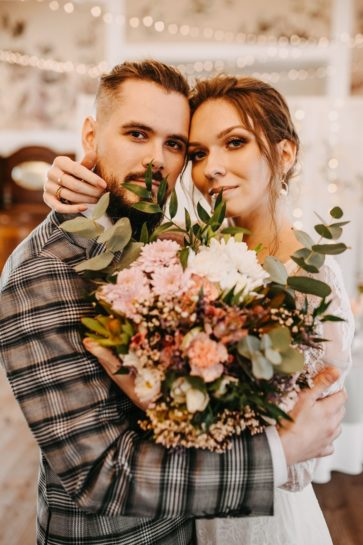 Portret Pary Młodej z dużym, pastelowym bukietem ślubnym, What a lovely day Wedding Planner Poznań