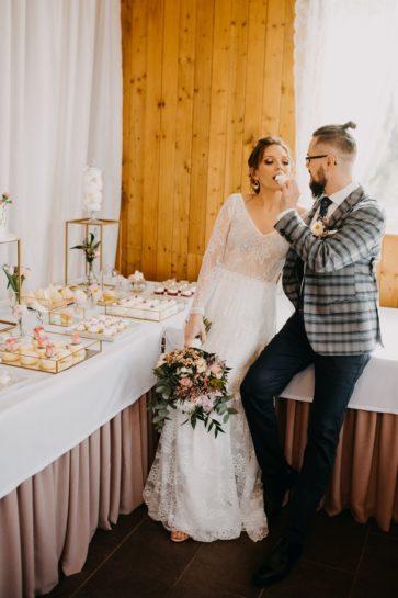Para Młoda przy słodkim stole, Pan Młody częstuje swoją wybrankę słodkościami, What a lovely day Wedding Planner Poznań