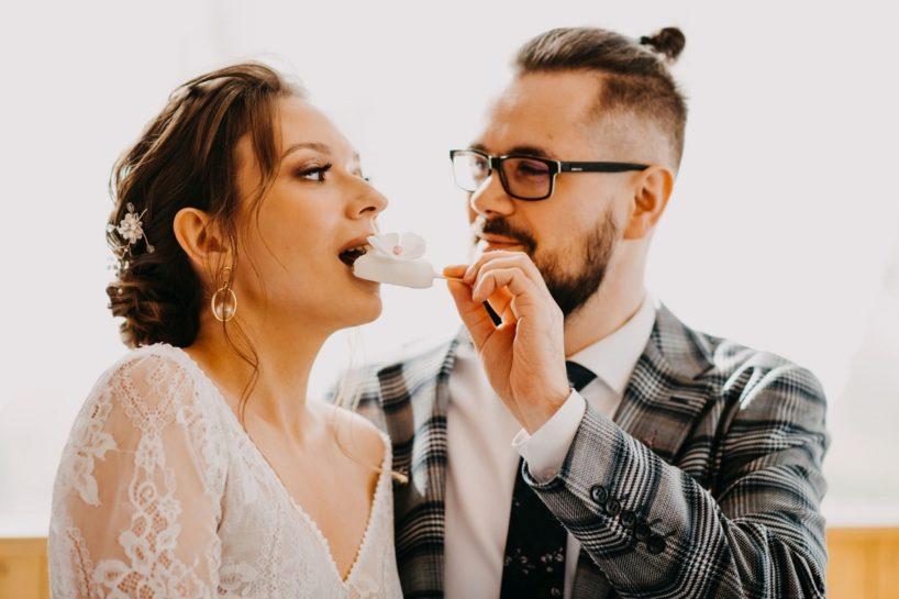 Pan Młody częstujący Pannę Młodą słodkościami, What a lovely day Wedding Planner Poznań