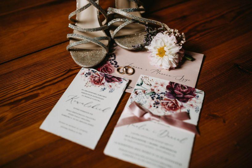 Fotografia detali ślubnych: zaproszenia, złotych butów, obrączek, What a lovely day Wedding Planner Poznań