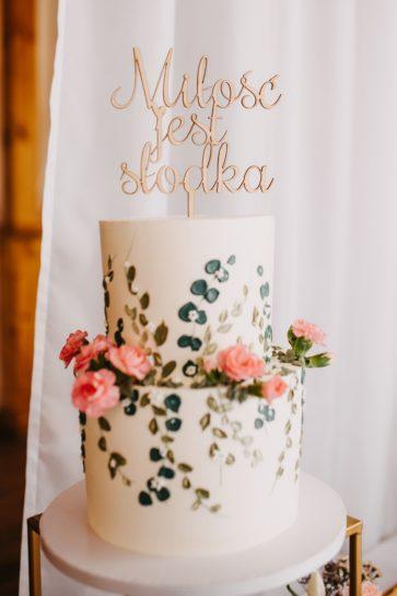 Dwupiętrowy tort ślubny, z ręcznie malowanymi zdobieniami, z drewnianym topperem, What a lovely day Wedding Planner Poznań