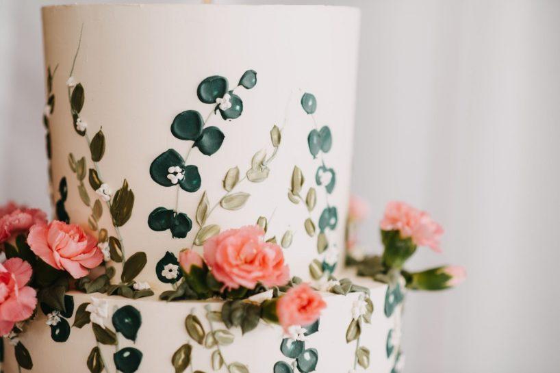 Tort ślubny, fokus na ręcznie malowane zdobienia na torcie, What a lovely day Wedding Planner Poznań