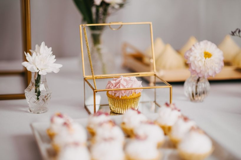 Candy Bar, różowa babeczka w złotej szkatułce, What a lovely day Wedding Planner Poznań
