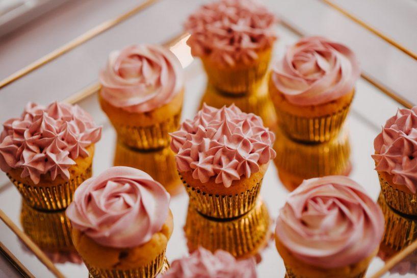 Słodki stół, różowe babeczki na złotej tacy, What a lovely day Wedding Planner Poznań