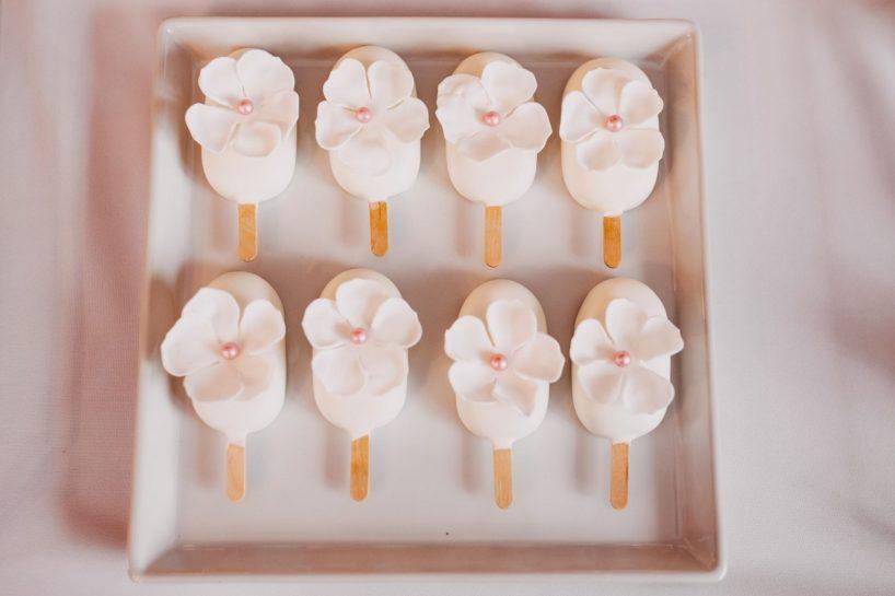 Candy bar, pastelowe lody na patyku ozdobione płatkami kwiatów, What a lovely day Wedding Planner Poznań