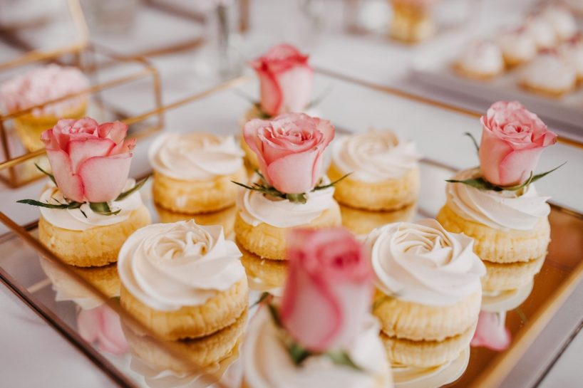 Słodki stół, kremowe babeczki ozdobione pąkami róż, What a lovely day Wedding Planner Poznań