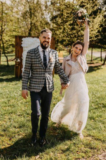 Roześmiana Para Młoda w plenerze, idąca w kierunku obiektywu, What a lovely day Wedding Planner Poznań