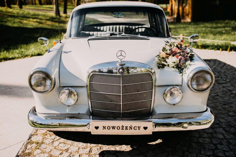"""Zabytkowy Mercedes z drewnianą tablicą rejestracyjną """"nowożeńcy"""" i bukietem ślubnym, What a lovely day Wedding Planner Poznań"""