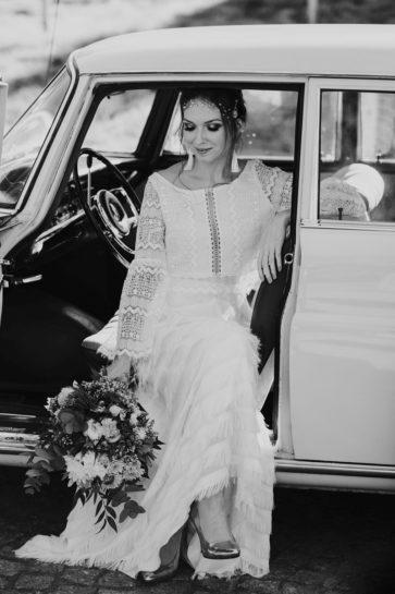 Czarno białe zdjęcie Panny Młodej siedzącej w zabytkowym aucie ślubnym, What a lovely day Wedding Planner Poznań