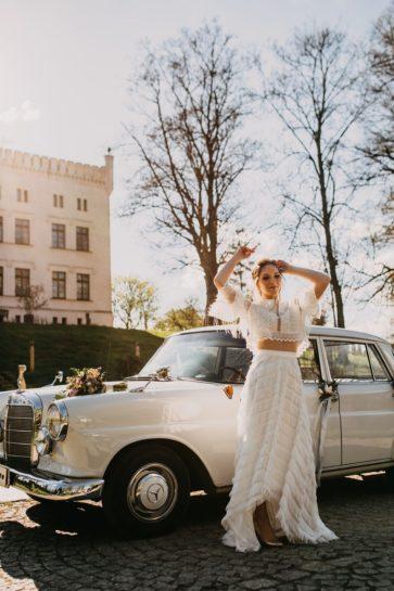 Panna Młoda w dwuczęściowej kreacji ślubnej boho, w tle zabytkowy Mercedes, What a lovely day Wedding Planner Poznań