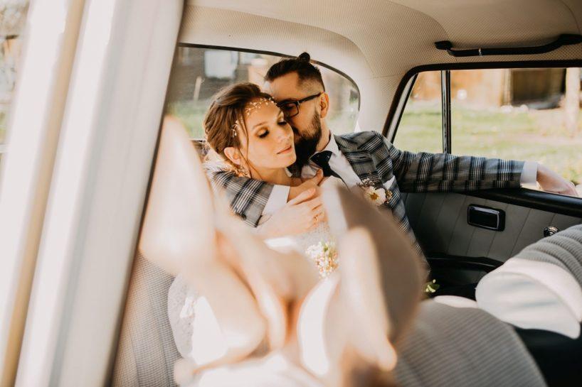 Para Młoda siedząca w zabytkowym aucie ślubnym, What a lovely day Wedding Planner Poznań