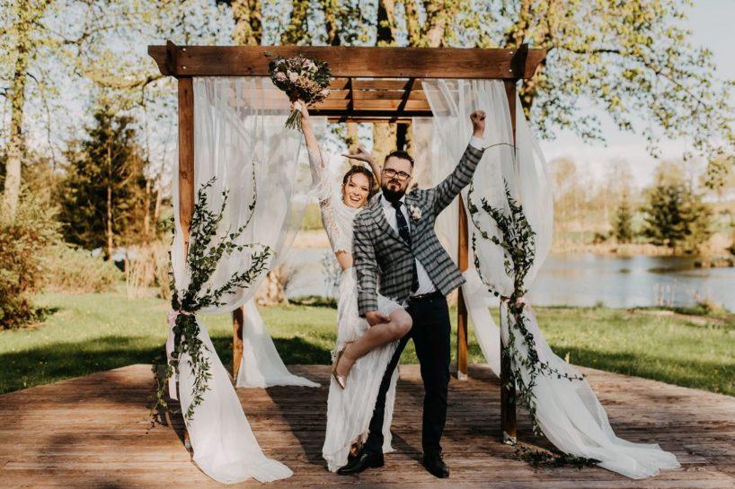 Roześmiana Para Młoda w altance ślubnej, What a lovely day Wedding Planner Poznań