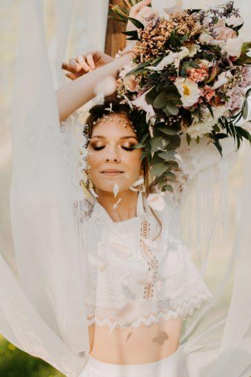 Portret Panny Młodej w klimacie boho, z pastelowym bukietem ślubnym, What a lovely day Wedding Planner Poznań