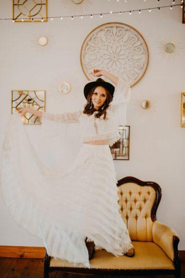 Panna Młoda w stylizacji boho stojąca na retro kanapie i eksponująca zwiewną suknię, What a lovely day Wedding Planner Poznań