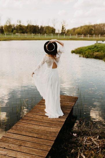 Panna Młoda w sukni boho na pomoście, stojąca tyłem do obiektywu, What a lovely day Wedding Planner Poznań