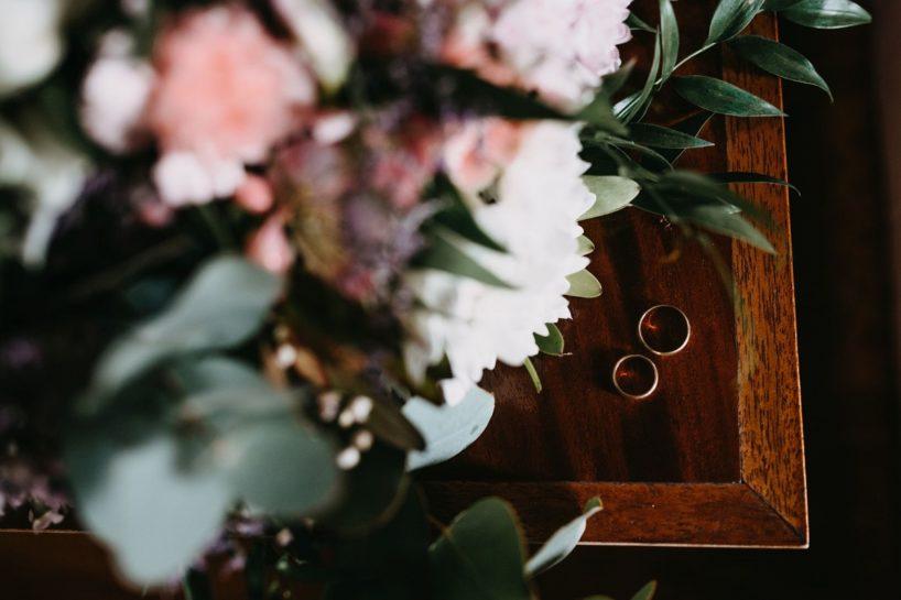 Zdjęcie obrączek ślubnych i pastelowego bukietu ślubnego, What a lovely day Wedding Planner Poznań