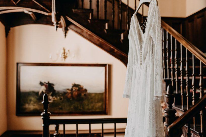 Fotografia koronkowej sukni ślubnej we wnętrzach Pałacu Śródka, What a lovely day Wedding Planner Poznań
